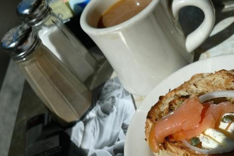 Bagel con queso y salmón y café
